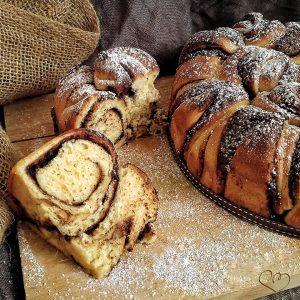Sourdough Pan brioche with nut cream roses
