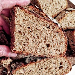 Fetta di pane di segale con lievito madre